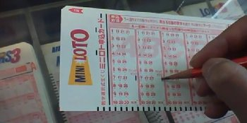 Choosing lucky numbers while playing Japan Loto 6 game